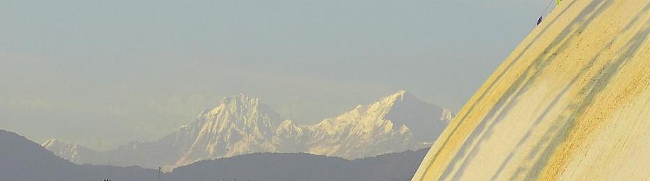 himalayas-behind-boudhanath-stupa