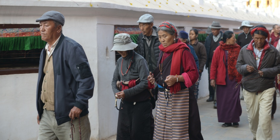 tibetans-doing-kora